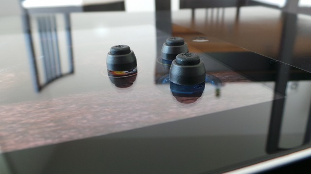 Les boutons sont fabriqués en caoutchouc souple. Ils adhèrent à l'écran grâce à des micro ventouses.