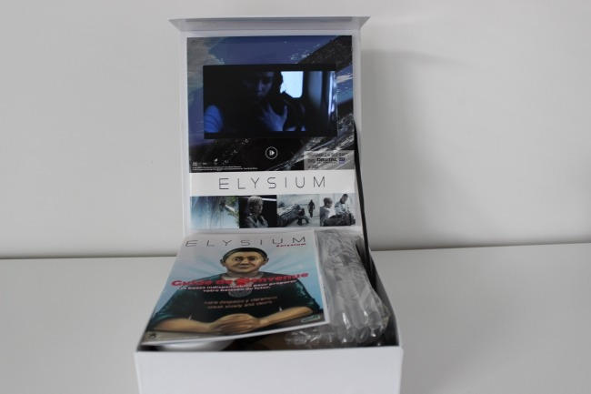 Une fois la boite ouverte, on y découvre un écran permettant de lire une vidéo.